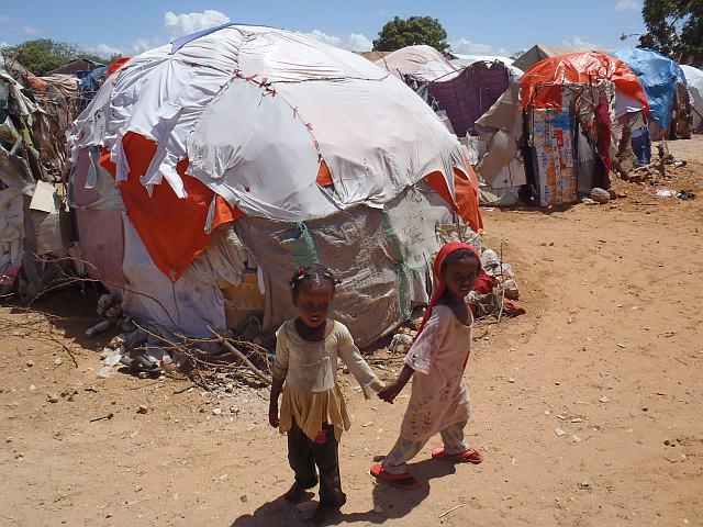 Durch den andauernden Bürgerkrieg haben sich bereits über die letzten Jahre Notlager um Mogadishu gebildet. Hier kommen täglich neue Flüchtlinge hinzu, die hier auf Nahrung und Wasser hoffen. (Foto: Diakonie Katastrophenhilfe)