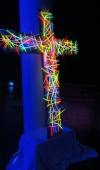 Ein Kreuz aus Knickstäbchen